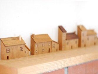 煙突屋根の家の画像