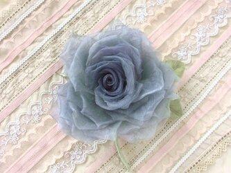 優しいグレーの巻き薔薇 * シルクオーガンジー製 *コサージュの画像