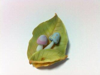 葉っぱとキノコのブローチの画像