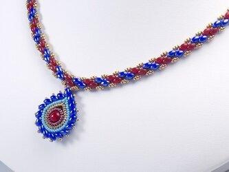 ティアドロップ型ペンダント付き縞模様のネックレス・ブルー&レッドの画像