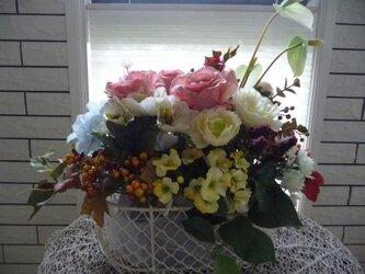 sold ホワイトワイヤーバスケットの盛り花の画像