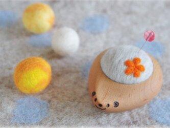 ハリネズミの羊毛ピンクッション【針山】お花 オレンジ色の画像
