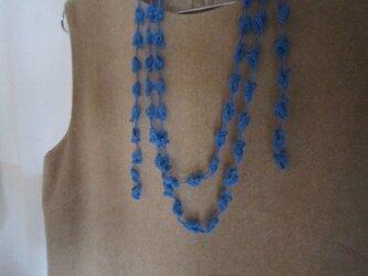 花と葉のかぎ針編みネックレス(青)の画像