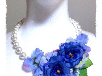 紫陽花とお花のネックレス(ブルー)の画像