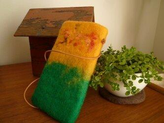 羊毛フェルトのお出掛けポシェット(グリーン×やまぶき色)の画像