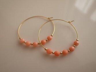 coral hoop earringsの画像