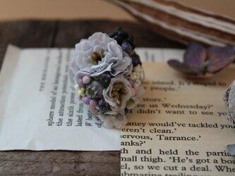 ブルーの小花とブラックベリーの片耳ピアス(フェイク)の画像