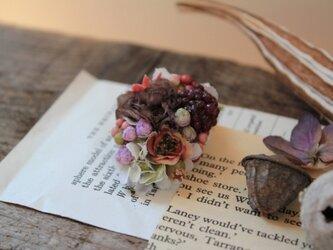grayの小花と実たっぷりの片耳ピアス(フェイク)の画像