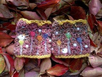 フェルト模様リストウォーマー 飴花と雪鳥 赤紫の画像