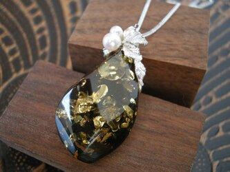 コハクと真珠のペンダントの画像