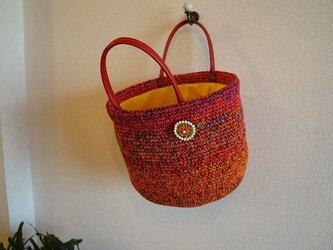 赤い編みバックの画像