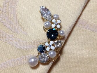 白い小花のイヤーカフ(ブルー系)の画像