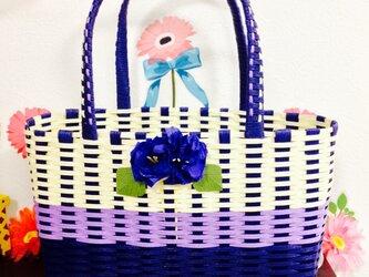 紫のかごバッグの画像