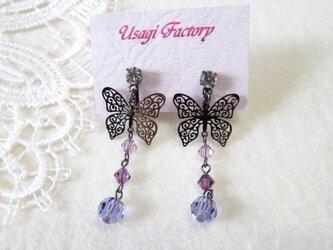 透かし蝶とパープル系スワロフスキーのイヤリングBの画像