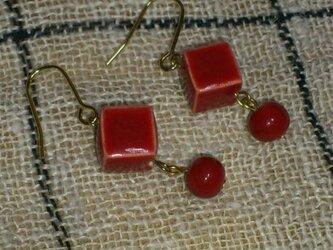 四角と丸の赤いピアスの画像