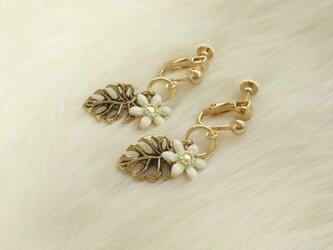 白花&モンステラ イヤリングorピアス(樹脂・チタン金具変更可)の画像