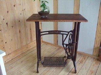 古いミシン台で作成したテーブルの画像