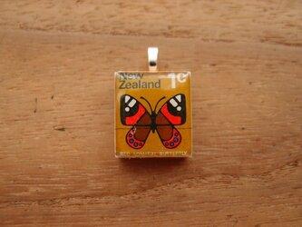 ニュージーランドの切手を使ったスクラブルタイルペンダントの画像