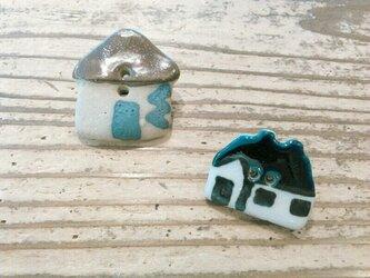 陶器釦(家) ブローチの画像