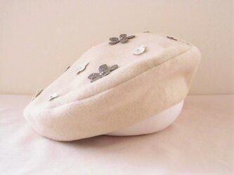 かわいいフラワーモチーフ付きベレー帽の画像