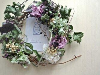 野葡萄の実が踊る紫達のwreathの画像
