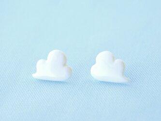 白磁のピアス(浮き雲)の画像
