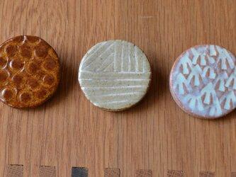 マミ様オーダー   陶器のブローチ  3個セット まる型の画像