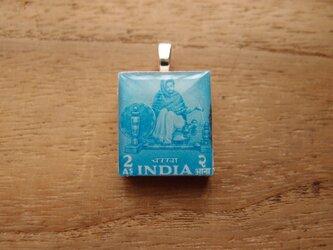インドの切手を使ったスクラブルタイルペンダントの画像