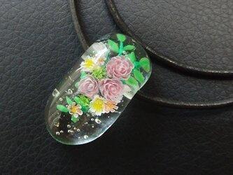 ピンクのバラのネックレスの画像