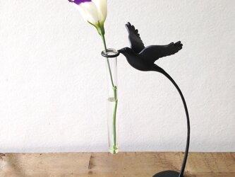 花をつむ小鳥の一輪挿しの画像