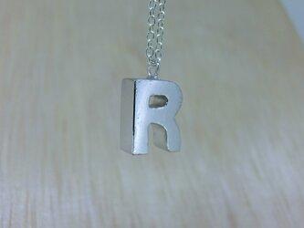 【R】アルファベット文字のペンダント+チェーン付きの画像