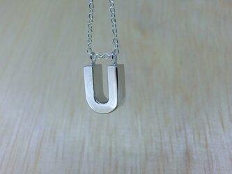 【U】アルファベット文字のペンダント+チェーン付きの画像