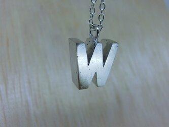 【W】アルファベット文字のペンダント+チェーン付きの画像