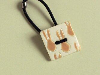 磁器ボタンゴム・四角 うさぎ ベージュの画像