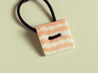 磁器ボタンゴム・四角 ナミ ピンクの画像