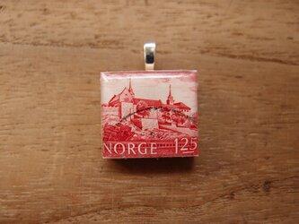 ノルウェーの切手を使ったスクラブルタイルペンダントの画像