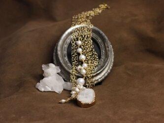 ドゥルージー水晶とコットンパールのネックレスの画像