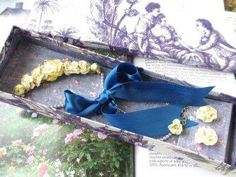 薄いイエローのネックレスとピアスのセット BOX付きの画像