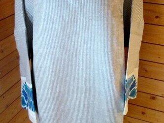 ブルーモチーフのV衿チュニックの画像