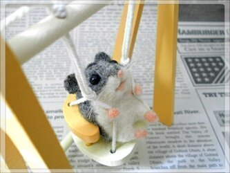 ◆ブランコに乗るゴキゲンなハムちゃん◆羊毛フェルトのハムスターの画像