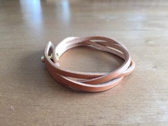 シンプルなヌメ革のブレスレットの画像