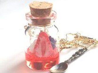 小瓶の喫茶店 苺ソーダのバッグチャームの画像
