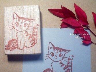 子猫と薔薇の消しゴムはんこの画像