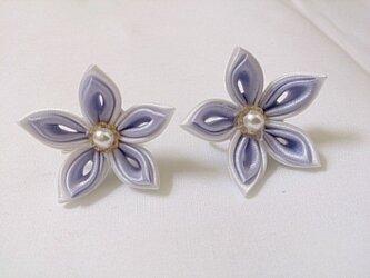 【つまみ細工】小さなお花のイヤリング/ピアス(白/紫)の画像
