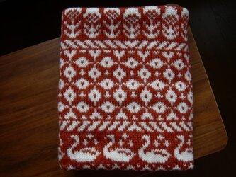 編み込みのひざ掛け 白鳥と花 赤茶の画像