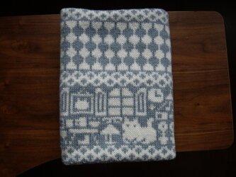 編み込みのひざ掛け 冬の日 灰色×白 の画像