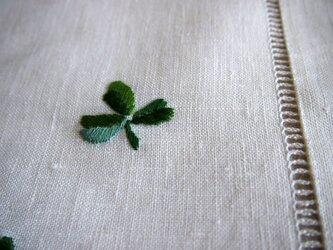 アイリッシュリネンにクローバーの刺繍のクロスの画像