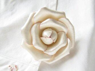 <受注制作>革のコサージュ カメリア(アイボリー+ピンク)の画像
