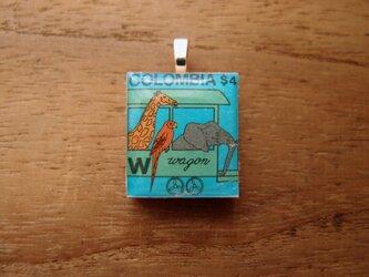 コロンビアの切手を使ったスクラブルタイルペンダントの画像