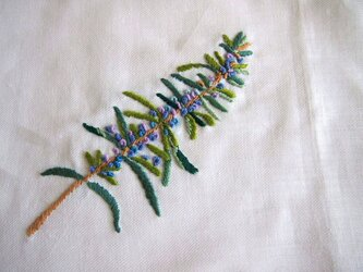 ハーブ(ローズマリー)を刺繍したリネンのマルチクロスの画像